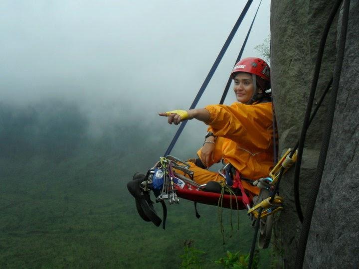 gambar gunung - pendaki wanita