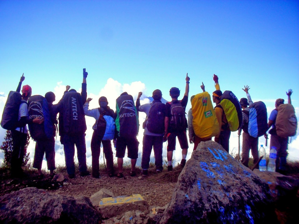 gambar gunung - pria pendaki