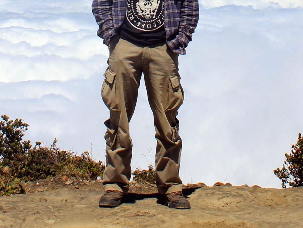 gambar gunung - celana dan kaos kaki mendaki